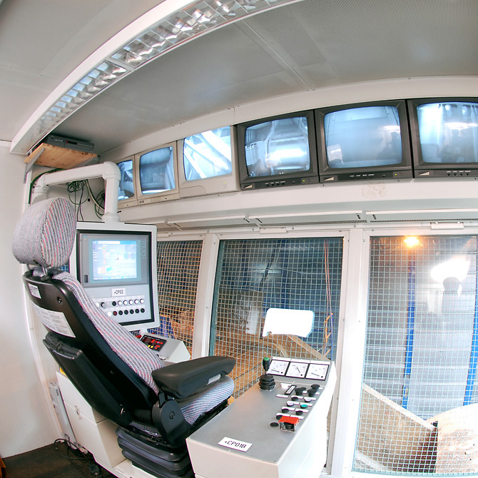 Control desk to monitor the processing in a shredder system