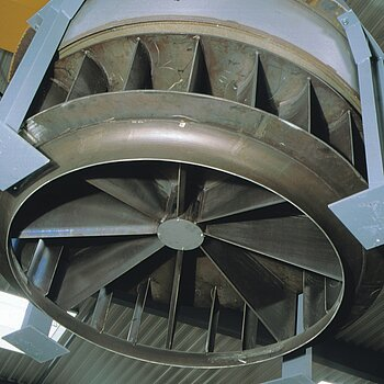Hot gas circulating fan for heat-treatment furnace in an aluminium works
