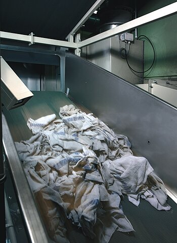 Conveying plant for cleaning cloths