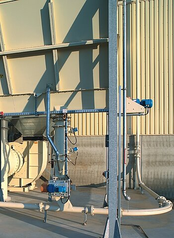 Pneumatic conveying plant for fibrous materials