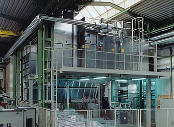 Ventilating plant with heat recovery downstream of dry-type spray booth