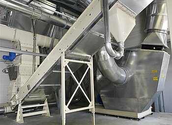 Conveying plant for liquid packaging waste