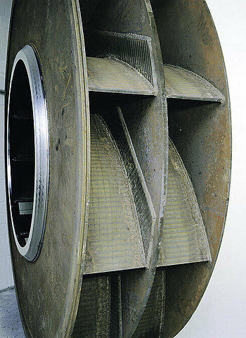 Wear protection on vulnerable surfaces by armouring the impeller blades and wear strips on both sides of the impeller backplate
